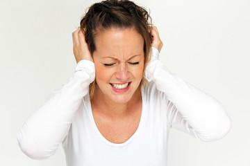 junge Frau hat Ohrenschmerzen