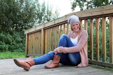 junge Frau pausiert auf einer kleinen Brücke