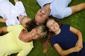 Glückliche Familie liegt auf dem Rasen