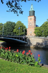 Der Kirchturm vom Dom in Turku am Fluss Aurajoki in Finnland