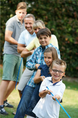 Familie zieht an einem Seil