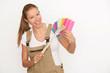 Frau mit Malerpinsel und Farbkarte