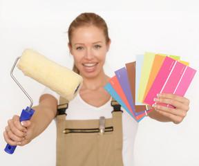 Frau mit Farbrolle und Farbkarte
