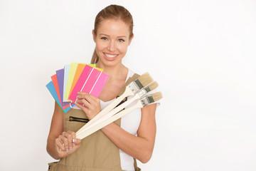 Frau mit Malerpinseln und Farbkarte