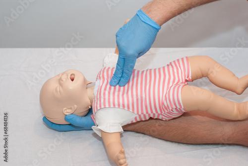 uciski klatki piersiowej dziecka - 68484136