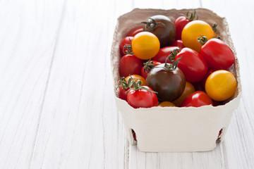 Karton mit bunten Tomaten