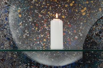 Kerze mit Gemälde im Hintergrund