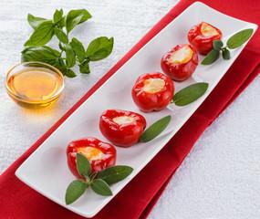 Peperoni rossi ripieni di formaggio