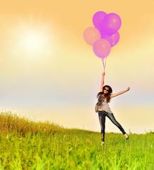 девушка летит на воздушных шарах