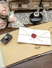 Mesa de escritor con pluma y cuaderno
