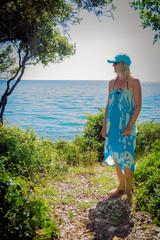 Frau macht Urlaub am Meer