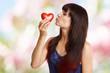 canvas print picture - junges Mädchen mit rotem Herz
