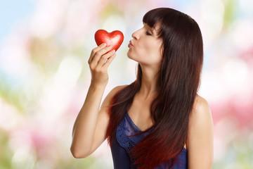 junges Mädchen mit rotem Herz