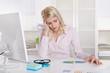 Burnout: müde und erschöpfte junge Frau im Büro