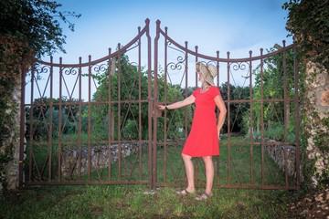 Frau an einem schönen Tor