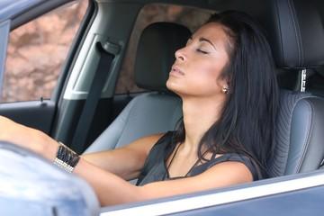jeune femme dormant en voiture