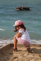 Spielendes Mädchen am Strand