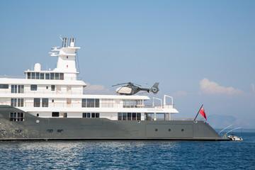Mega-Yacht mit Helikopter an Bord: Super Reichtum