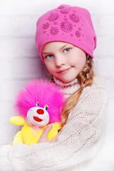 девочка в яркой шапочке