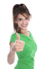 Glückliche junge Frau freigestellt in Grün mit Daumen hoch