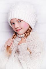 девочка в вязанноя шапочке