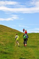 Familie wandert in den Alpen