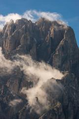 Nuvole su un picco di alta montagna, Italia