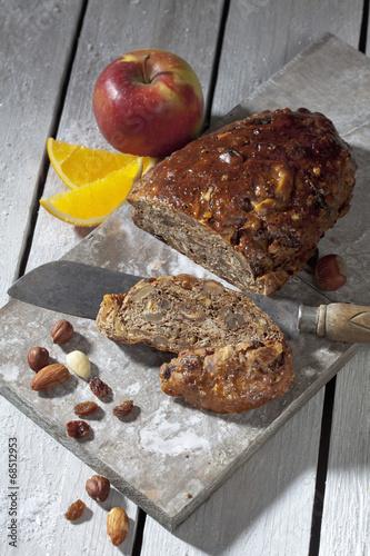 Früchtebrot mit Nüssen und Rosinen - 68512953