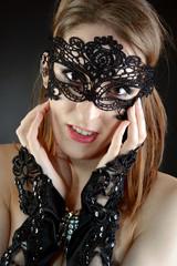 Teenager trägt Maske aus Spitze