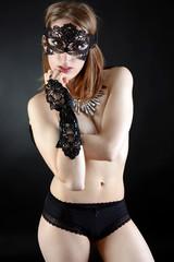 Frau mit Maske posiert mit Handschuhen