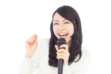 マイクを持って歌う女性