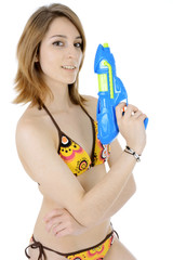 Teenager in Bikini mit Wasserpistole