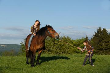 Mädchen will Pferd führen