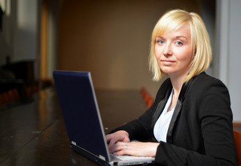 blonde Frau am Laptop