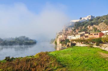 Pueblo de Miravet con niebla, Tarragona. (España)