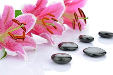 Kamienie bazaltowe z różowymi liliami