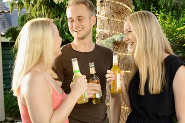 Freunde feiern auf Garten-Party