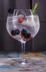 gin tonic with blackberry