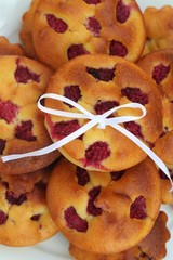 tortini ai lamponi su piatto_ dolci