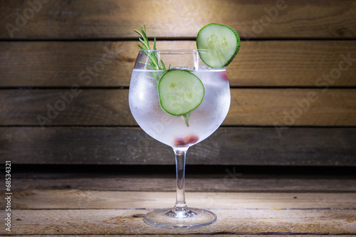 Plexiglas Bar gin tonic with cucumber