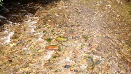 Rio fluyendo sobre piedras.