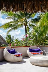 Divanetti con cuscini viola, lounge bar in Polinesia,Moorea