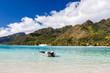 Barca a motore con tendalino ancorata in mare tropicale - 68536318