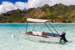 Barca a motore con tendalino ancorata in mare tropicale - 68536327