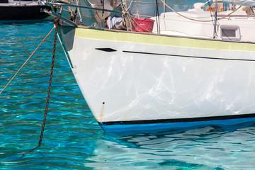 Prua di una barca a vela ancorata in mare tropicale