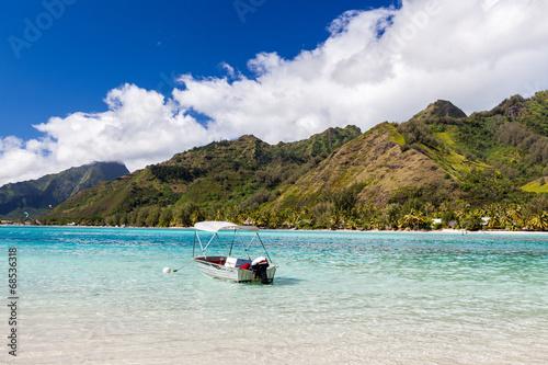 Fotobehang Water Motorsp. Barca a motore con tendalino ancorata in mare tropicale