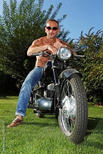 canvas print picture Mann auf altem Motorrad