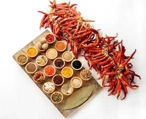 coppette di spezie e peperoncini piccanti