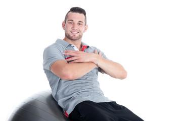Sportlicher Mann macht Bauchübung für Sixpack