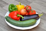 Verse groenten op een houten bord poster